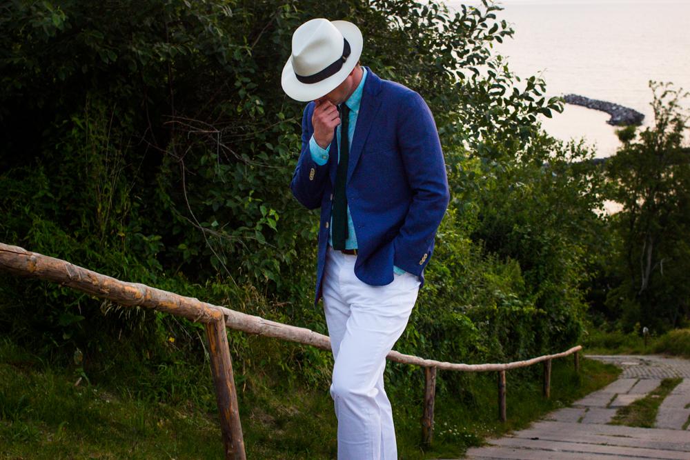Białe-spodnie-i-niebieska-marynarka