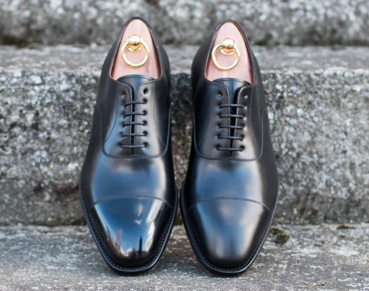 Lśniące noski butów